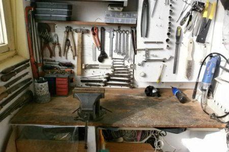 Инструменты на верстаке