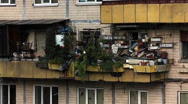 Захламленный балкон